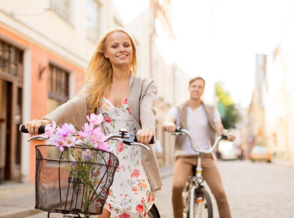 velosipedy-devushka-lyudi-para
